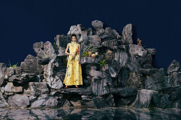 故宮特展「她——女性形象與才藝特展」中的畫蝶篇,模特兒身穿鮮黃色蕾絲立領洋裝,模...
