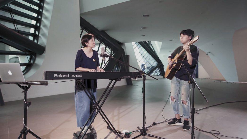 黃韻玲(左)節目中與兒子沈裕紘合奏合唱「出發」。圖/靛癮製作提供