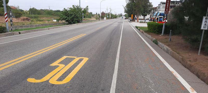金湖鎮瓊徑路是通往社會福利館的主要道路,金門縣警察局今天表示,該路段行車最高速限原本是時速60公里,現已調降為時速50公里。圖/警方提供