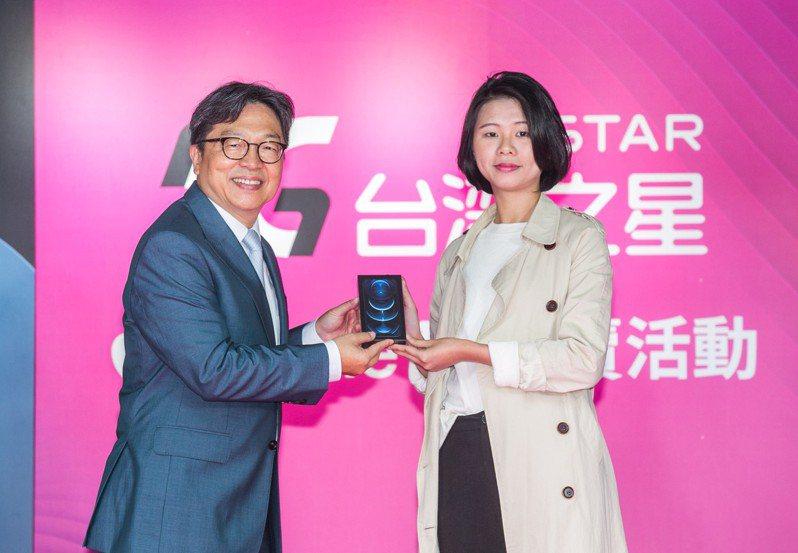 台灣之星賴弦五主持iPhone 12開賣會,將新機交給第一位購機老客戶。圖/台灣之星提供