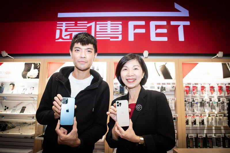 遠傳總經理井琪(右)與遠傳電信搶到iPhone 12的頭香哥曾先生(左)拿著熱騰騰的iPhone 12 Pro 256G太平洋藍合照。圖/遠傳電信提供