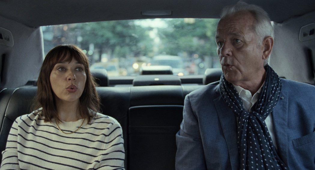 拉希達瓊斯(左)、比爾墨瑞(右)在「人生觸礁時」飾演一對父女,互動幽默。圖/Ap...