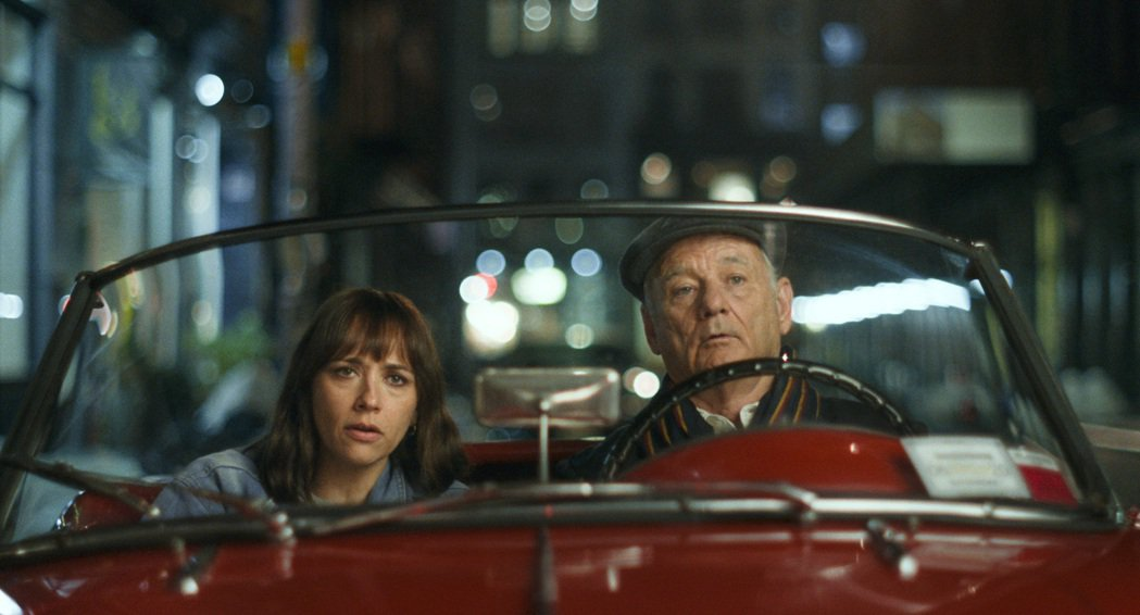 拉希達瓊斯(左)在「人生觸礁時」飾演一位懷疑丈夫出軌的女性,找來生性風流的父親(...