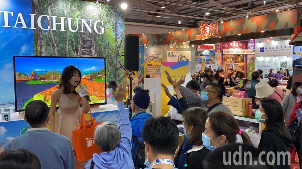今年首場的台中國際旅展今天熱鬧登場,台中館推出有獎徵答、好禮抽獎,吸引民眾熱情參...