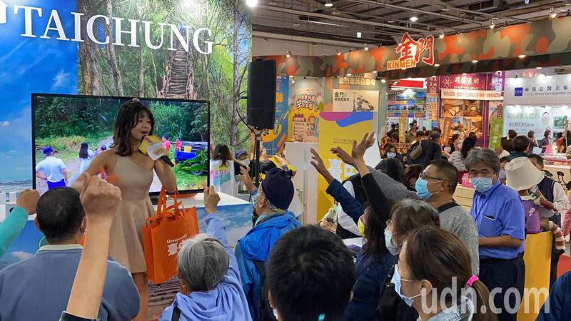 今年首場的台中國際旅展今天熱鬧登場,台中館推出有獎徵答、好禮抽獎,吸引民眾熱情參與。記者趙容萱/攝影