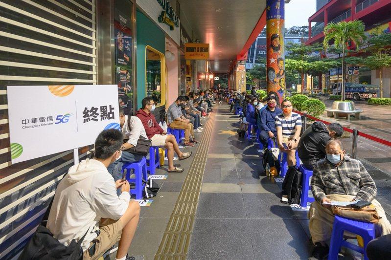 中華電信iphone 12新機信義威秀首賣會排隊盛況。圖/中華電信提供