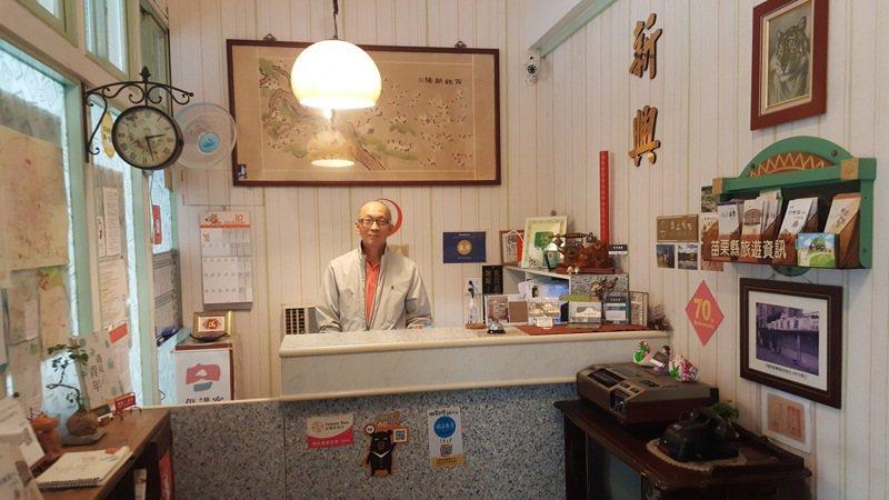 苗栗縣有64間借問站提供旅遊諮詢服務,其中新興大旅舍就在苗栗火車站附近,可就近提供旅客服務。記者胡蓬生/攝影