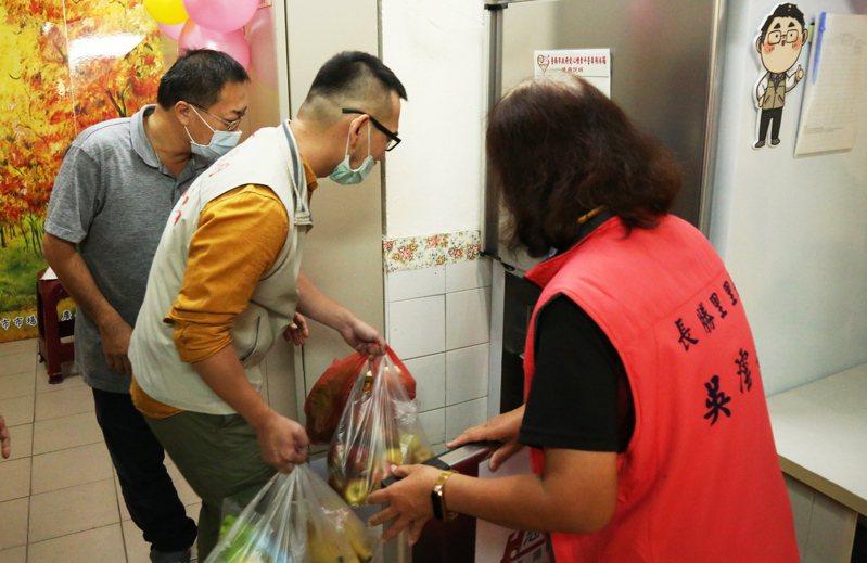 台南市政府在市場推出惜食平台,攤販可將賣相不佳的食物冰進冰箱,讓鄰近的社區關懷據點來取用。圖/台南市政府提供