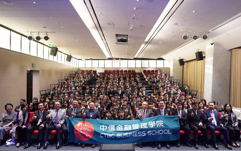 中信金融管理學院大一新生至中國信託南港總部舉辦迎新活動,身兼學校董事的中信銀行董事長利明献(前排左六)與學生合影,期許成為誠信正直的金融家。中金院/提供