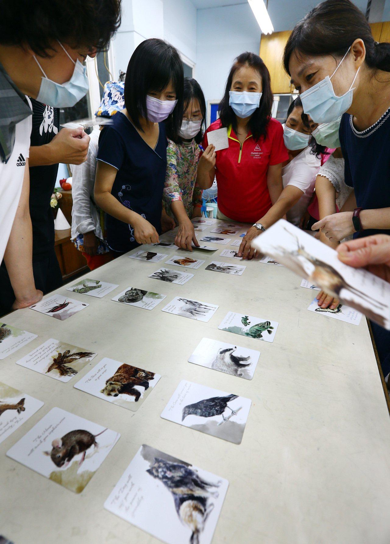 參加斜槓樂齡班的社大生利用國中美術教室上課,和老師互動學習發想。記者杜建重/攝影