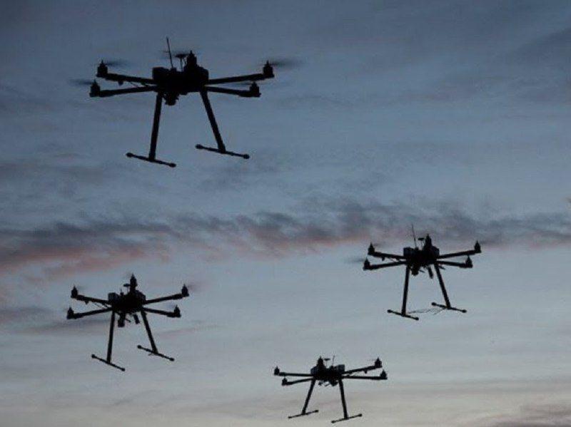 「蜂群」無人機透過資料鏈連線組網,具備精確編成與打擊能力,對防空火力具相當大威脅。 圖/摘自網路