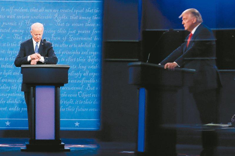 拜登(左)在辯論近尾聲時看起手表,以前老布希曾因此被罵翻,拜登此舉的後續效應有待觀察。(法新社)