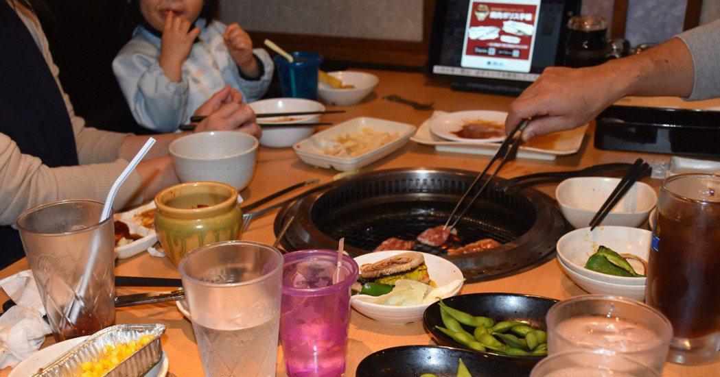 全球餐飲業在新冠疫情下皆發出哀鳴,日本燒肉店業績卻展現驚人的恢復速度。  圖/取...