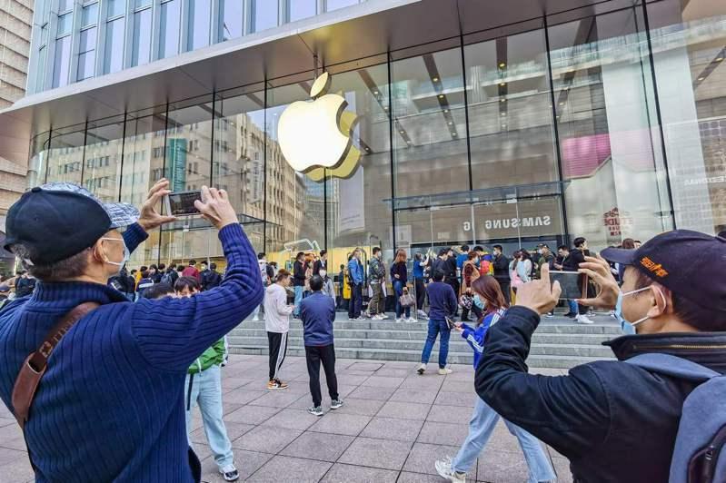 中共官方高調紀念「抗美援朝」之際,蘋果新機昨在中國大陸開賣,吸引民眾搶購,蘋果店外大排長龍。圖為上海蘋果店外。(法新社)