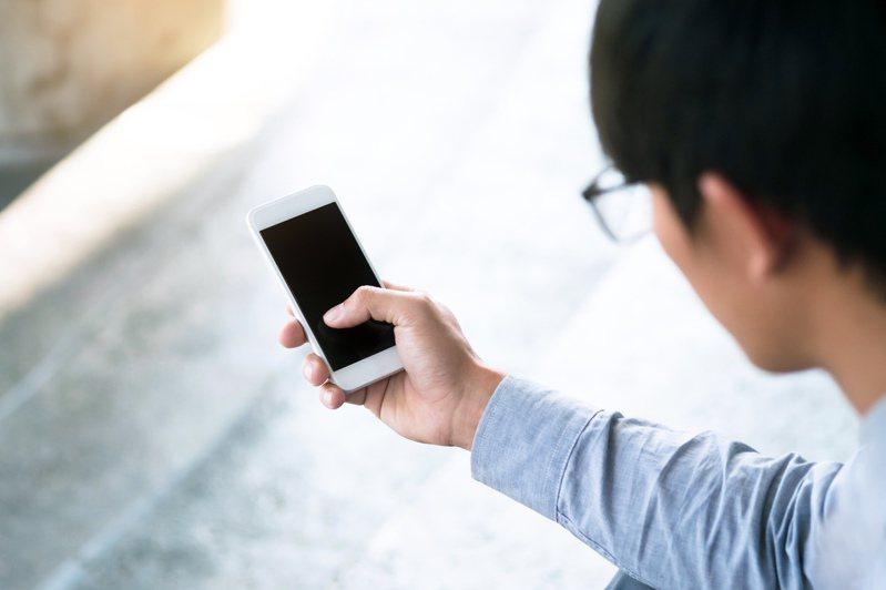 原PO辦新門號後常會收到陌生簡訊,一看LINE才得知真相。圖片來源/ingimage