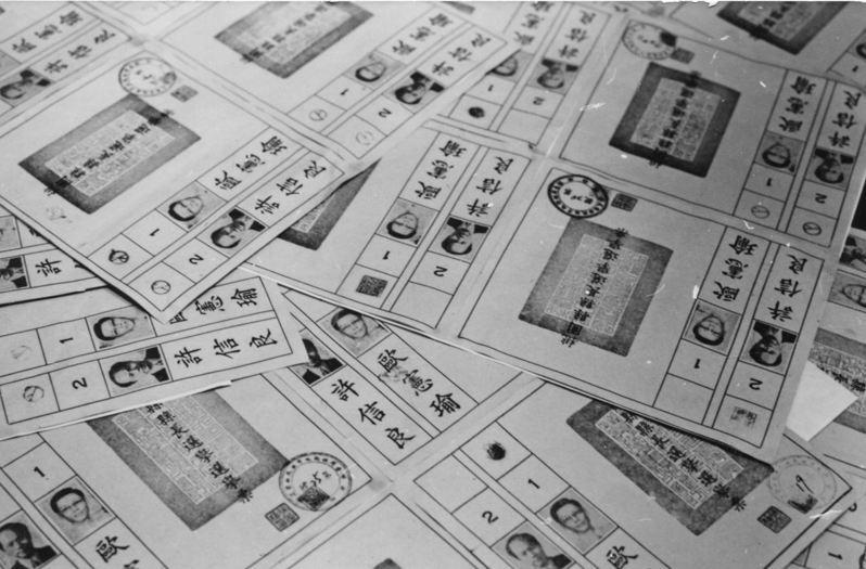 桃園二一三號投票所開出來的廿八張廢票,有的蓋著二個戳印,有的蓋著指模,有的蓋私章,但沒有一張有被塗抹的痕跡。圖/本報資料照片