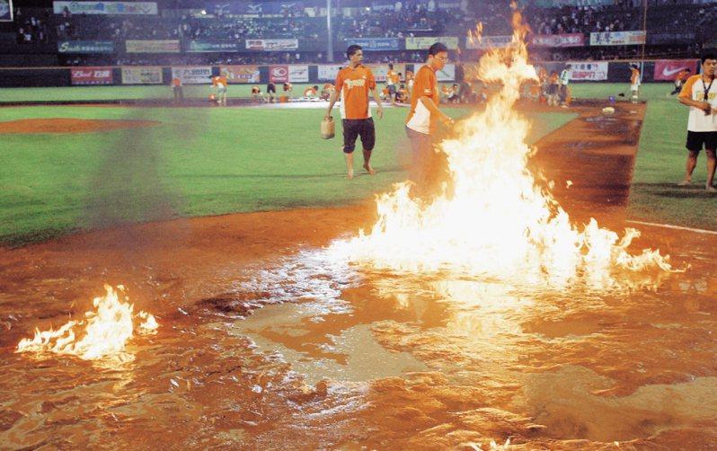 2007年下半季冠軍,不但打到最後1場比賽才出現,且差點因下雨「難產」,為了讓場地盡快變乾,甚至出現澆油火燒本壘區的奇觀。。 聯合報系資料照