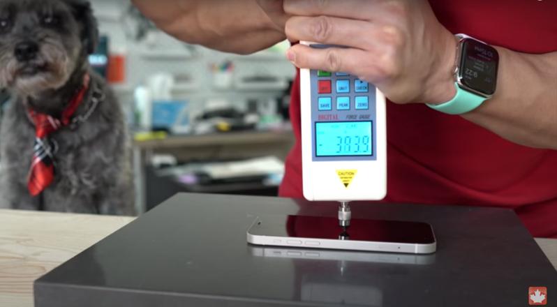 YouTube頻道「MobileReviewsEh」實測iPhone 12耐磨耐摔程度。圖擷自Youtube