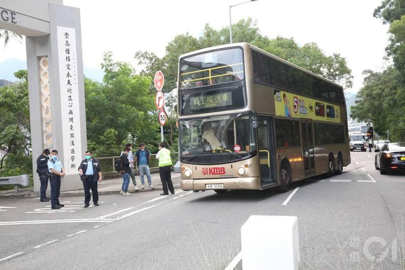 昨日(23日)凌晨約4時03分,巴士站有職員發現一輛雙層巴士失蹤,最後發現該巴士出現美田路一帶,遂立即報警。 圖/香港01
