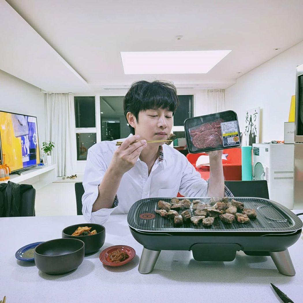 希澈是韓牛宣傳大使,曬烤肉照竟被罵。圖/擷自IG