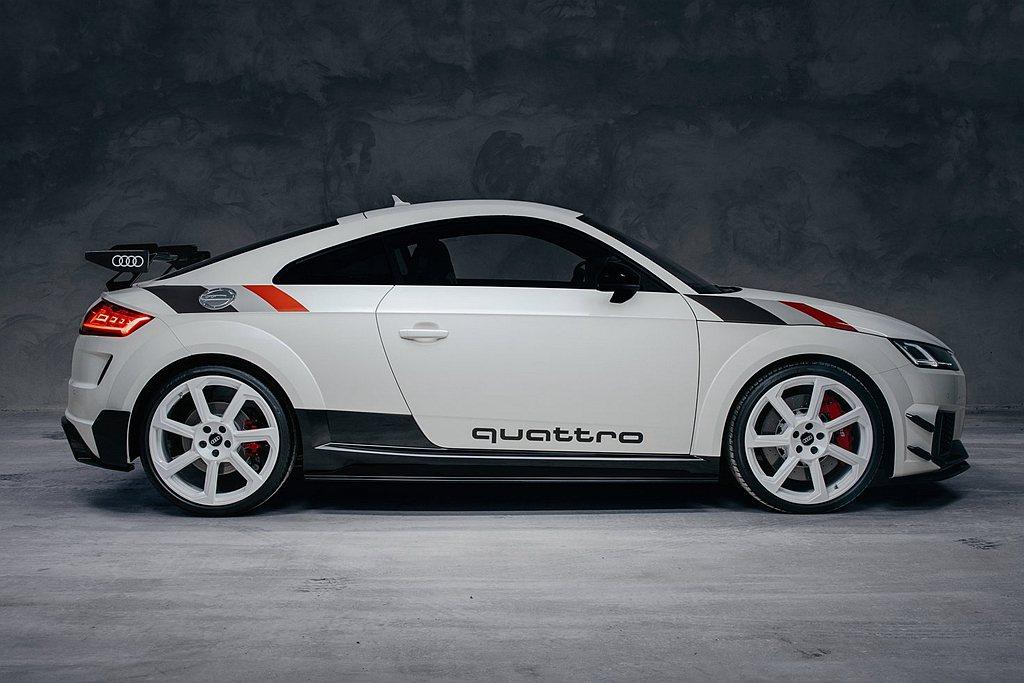 外觀以阿爾卑斯白車色呈現,並於引擎蓋中央/兩側、車頂以及後車尾等部導入專屬彩繪,...