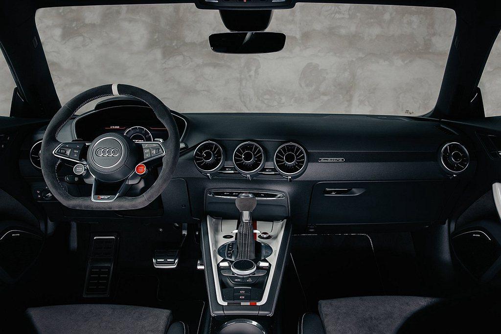 方向盤(附白色中心點設計)、排檔頭與內車門皆導入Alcantara材質應用並施以...
