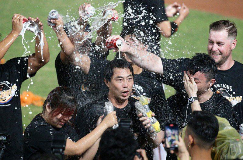 中華職棒統一獅贏得下半季冠軍,隊友開心慶賀,總教練林岳平被大家圍攻。 記者劉學聖/台南傳真