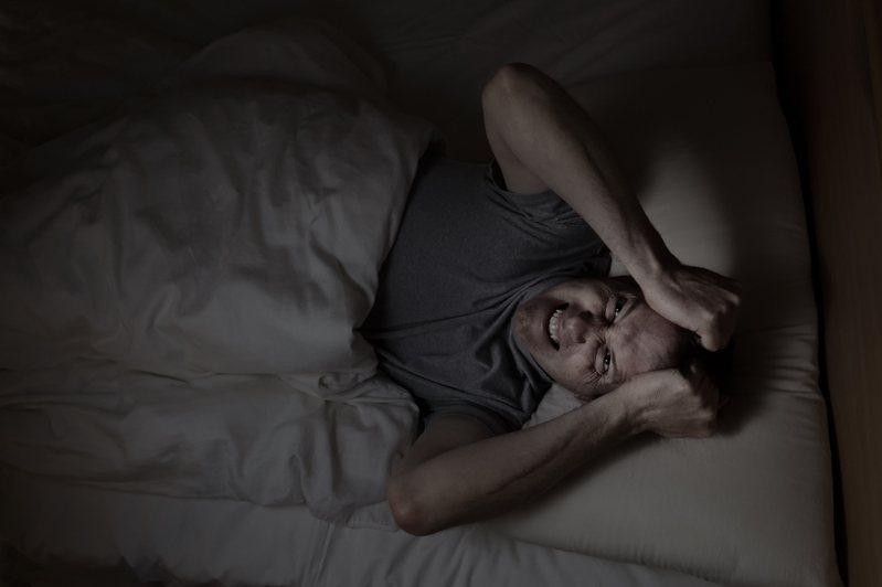 失眠原因百百種,最常見的是精神疾病引起,為排除其他疾病因素,醫師須透過多項睡眠生理檢查,確認失眠真正成因。示意圖/ingimage