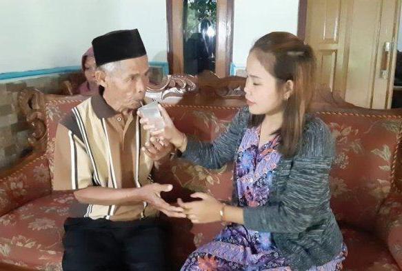 印尼一名71歲男子近日娶了18歲少女,婚禮照片在社群媒體上引起轟動,男方的聘禮多到要用兩輛卡車來載,男方說,希望可以再有一個孩子。圖/取自tribunnews