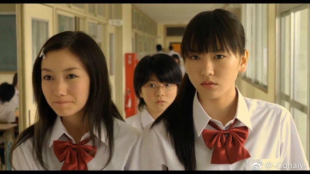 波瑠在「戀空」中演出新垣結衣的朋友。圖/擷自微博