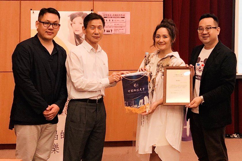 副校長張偉斌(左二)頒發感謝狀予知名歌手羅美玲(右二)。 中國科大/提供