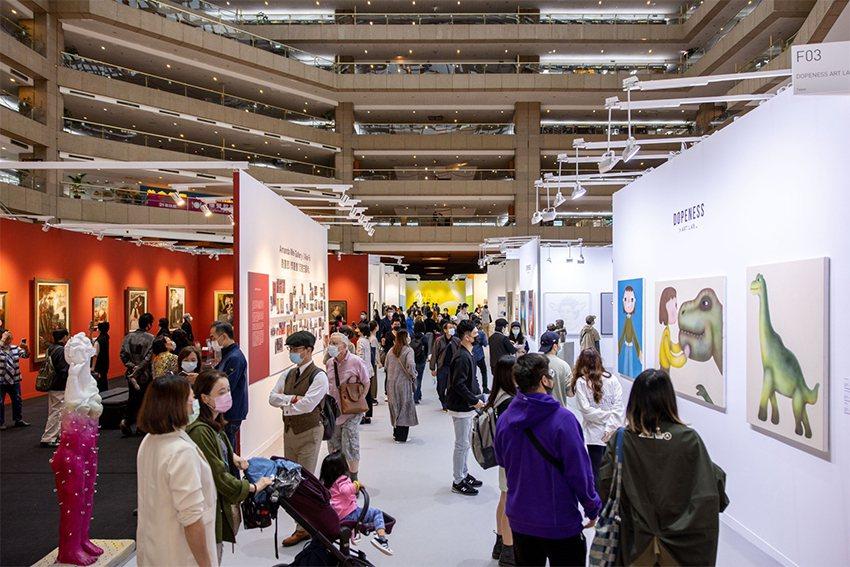 2020 ART TAIPEI台北國際藝術博覽會公眾首日現人潮。 畫廊協會/提供