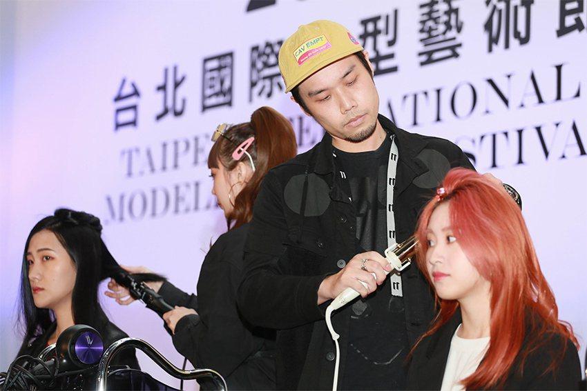 「素人改造秀」髮藝大師使用電捲棒讓素人搖身一變成為都會型女。 台北市女子美容商業...