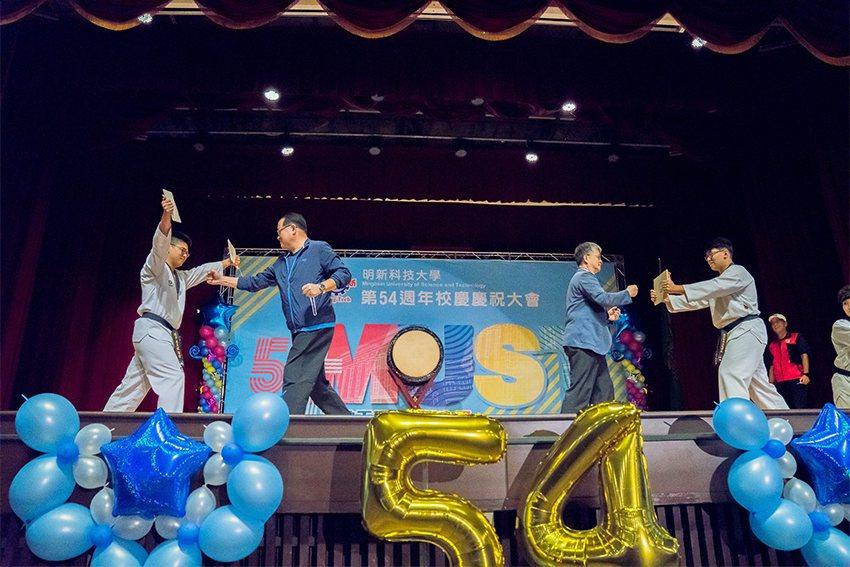 明新科大今天舉辦54週年校慶,董事長張祖民(左二)、校長劉國偉(右二)一起表演跆...