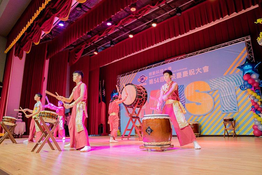 明新科大54週年校慶大會邀請竹北JF太鼓團開場表演,藉由太鼓磅礡、振奮表演,宣示...