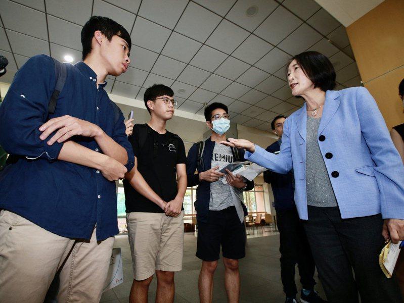 圖為6月間台大校務會議後,學生會、意識報學生代表與副校長周家蓓(右)對話。圖/聯合報系資料照片