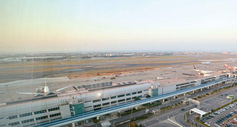 圖為桃園機場北跑道鳥瞰,後方連接的土地為準備徵收興建第三跑道的用地。記者陳嘉寧攝影/報系資料照