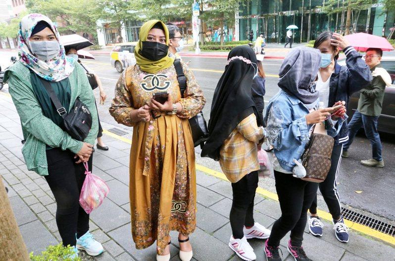 圖為台灣國際勞工暨雇主和諧促進協會在21日到駐台北印尼經濟貿易代表處抗議。不少印尼移工也前往現場關切,擔心自己的工作權受到影響。記者胡經周攝影/報系資料照