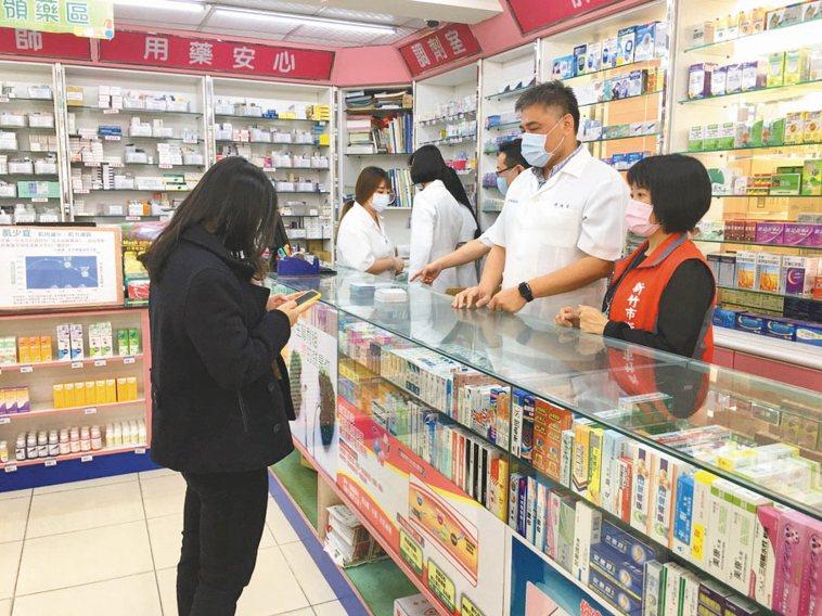 疫情衝擊,全民瘋搶口罩之際,藥師忙著四處找藥,避免重症患者沒藥可用,食藥署也協助...