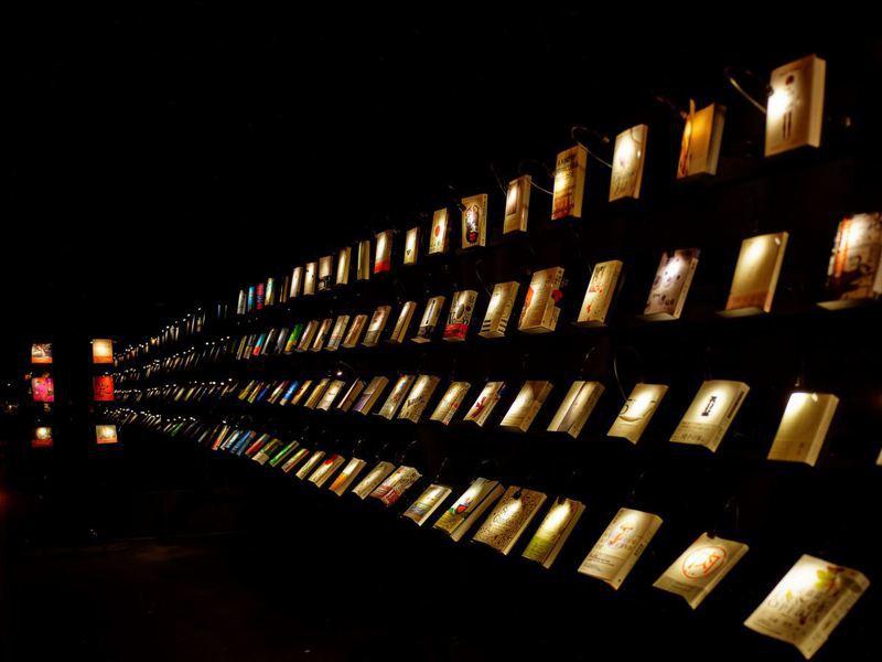 位於高雄駁二藝術特區的「無關實驗書店」,打造一片漆黑的空間。 圖擷自無關實驗書店臉書