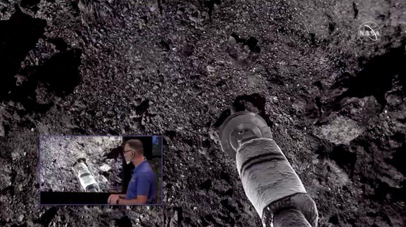 美國太空總署(NASA)達成重要里程碑,探測器「歐塞瑞斯號」(Osiris-Rex)短暫登陸一個距離地球1億英里的小行星貝努(Bennu),成功採集樣本帶回地球研究,將有助於探索太陽系起源。路透 張君堯