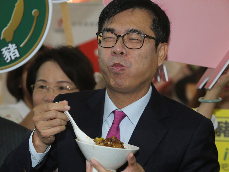 高雄市長陳其邁日前出席高雄食品展開幕,品嘗台灣豬製成的肉燥飯,還說要努力推廣高雄美食。圖/聯合報系資料照片