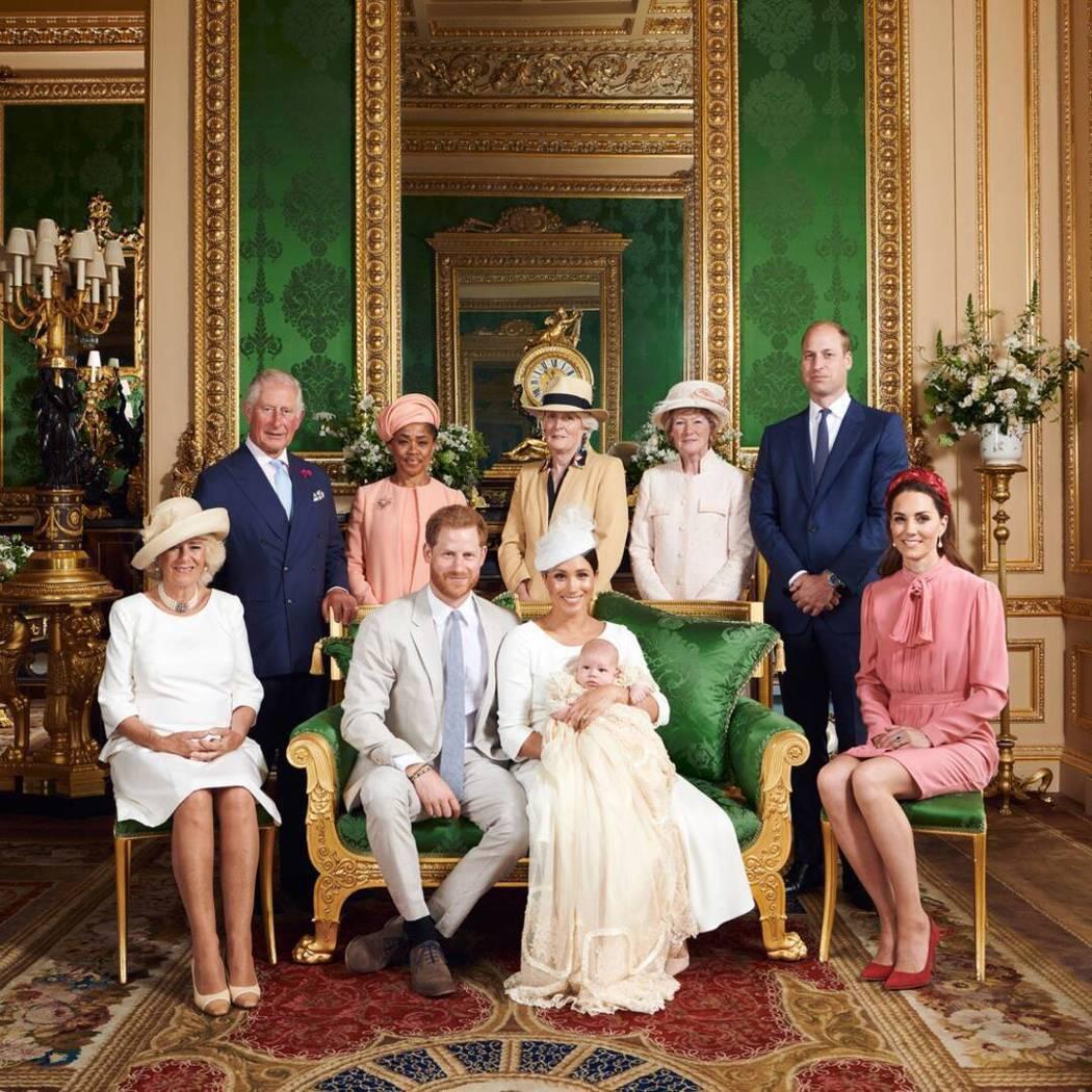 亞契(中)出生的皇室成員合照,威廉王子(右二)表情耐人尋味。圖/路透資料照片