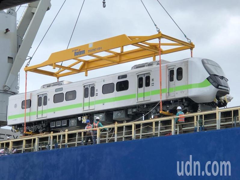 被譽為「史上最美最長區間車」EMU900型通勤電聯車,首批新車今天抵台。記者曹悅華/攝影