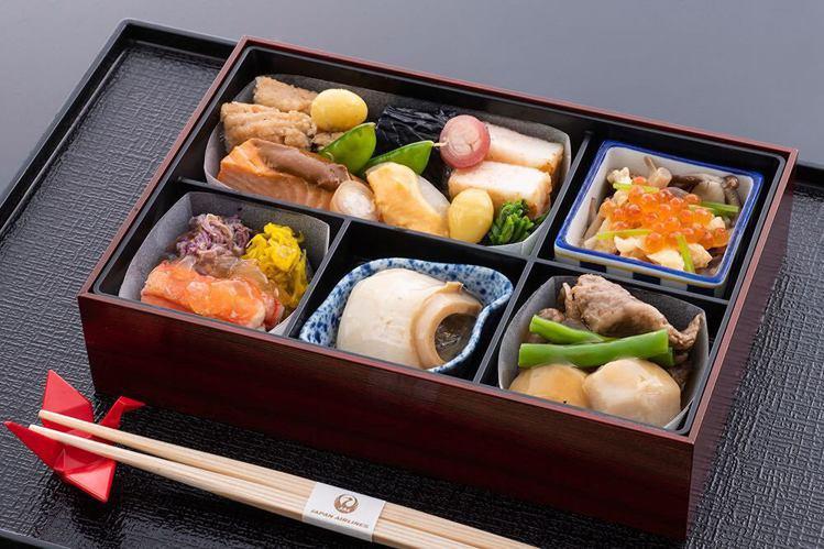 日航指導、台北老爺星廚烹飪,重現日航商務艙的美味餐點。圖/台北老爺提供