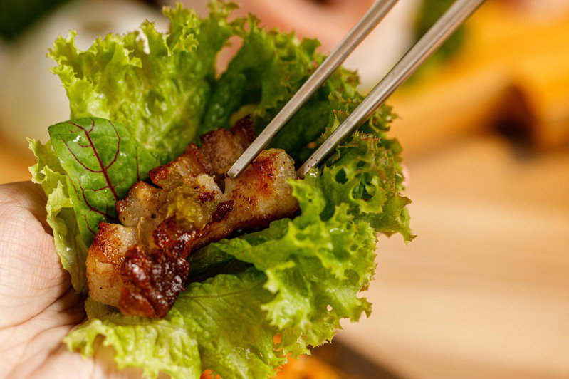 燒酒烤烤豬由專人代烤出外酥內嫩的韓式烤肉。圖/燒酒烤烤豬提供