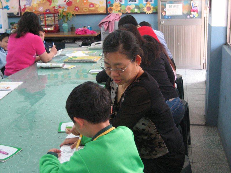 「蛤蜊」讀ㄍㄜˊ ㄌㄧˊ、「骰子」念ㄊㄡˊ ㄗ˙,字詞讀音改變造成的「字音世代差異」,讓不少家長好困擾。圖/聯合報系資料照片
