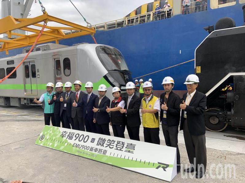 台鐵全新區間車今抵花蓮港。台鐵局長張政源(左五)說,安全是核心價值。記者曹悅華/攝影