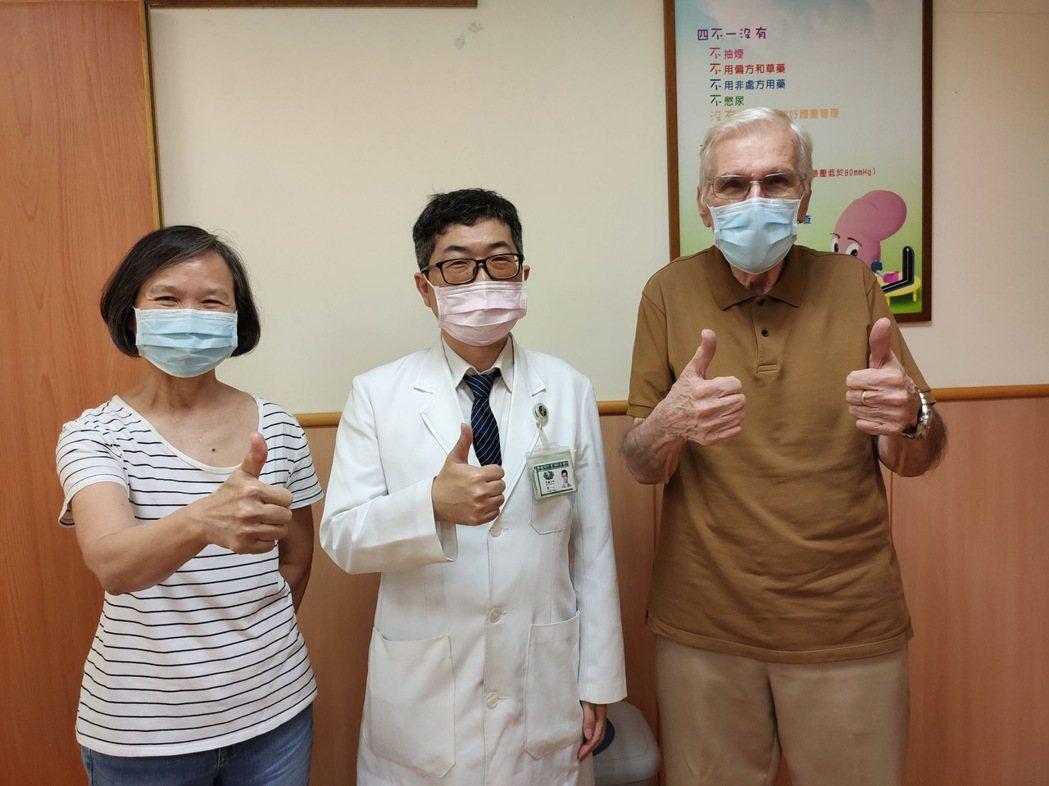 羅伯威奇夫妻與台中慈濟醫院腎臟科主任陳一心(中)合影。圖/台中慈濟醫院提供
