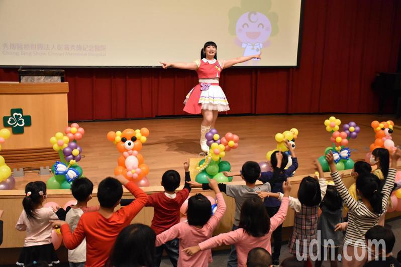 彰濱秀傳醫院今天舉辦「2020愛你愛妳大腳帶小腳 早產兒回娘家活動」。記者林敬家/攝影